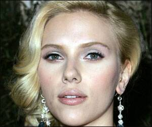 Scarlett Johannson plays agony aunt for friends