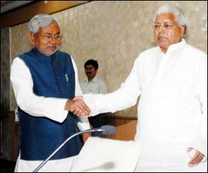Lalu,Nitish 'pichkaris' a hot favourite in Bihar