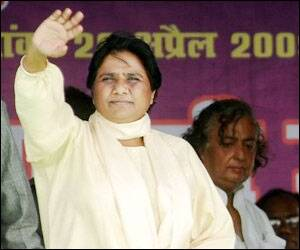 EC officials acting on Congress directives,alleges Mayawati