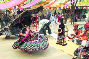 On first day of popular Mela,crowds don't disappoint,sales do