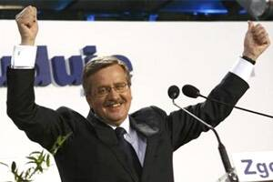 Komorowski wins cliffhanger Polish election