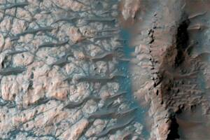 Frozen piles of CO2 on Mars may trigger avalanches