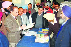 Surprise checks in govt offices,400 employees absent onduty