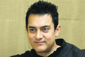 Aamir Khan tastes 'litti chokha' inBihar