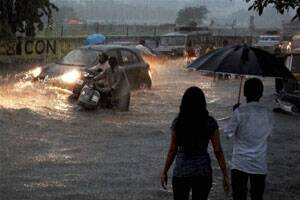 Heavy rains lash Gujarat; train,vehicular trafficdisrupted