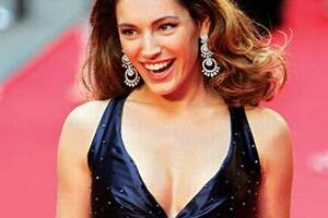 Kelly Brook flaunts her curves to look good