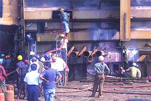 5 workers die in explosion,fire on ship atAlang