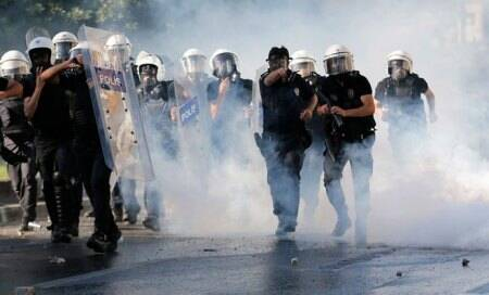 Turkey Protests: Turkish riot police enters Taksim square,clash with protesters