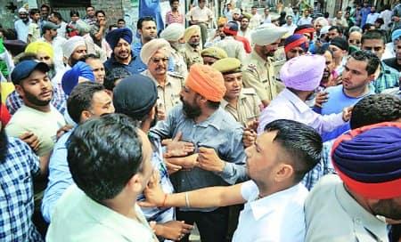 Dhillon,Bhola groups clash,allege stone-pelting,firing