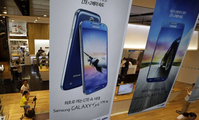 Samsung to invest $1 bn in chips,panels as smartphone outlookdims
