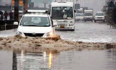 Commuters groan as rains cause traffic jams across Delhi
