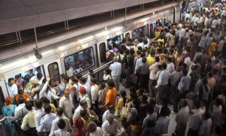 Delhi Metro sets record with over 25Lcommuters