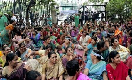 Pro-Telangana stir intensifies; Seemandhra employees attacked