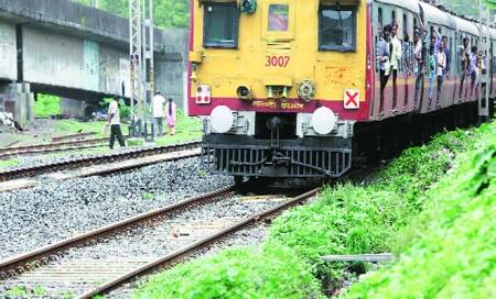 10 'get off' on railway tracks,run over inAndhra
