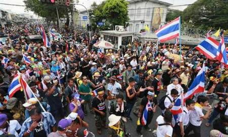 Thai protesters storm army headquarters,PM rules out polls