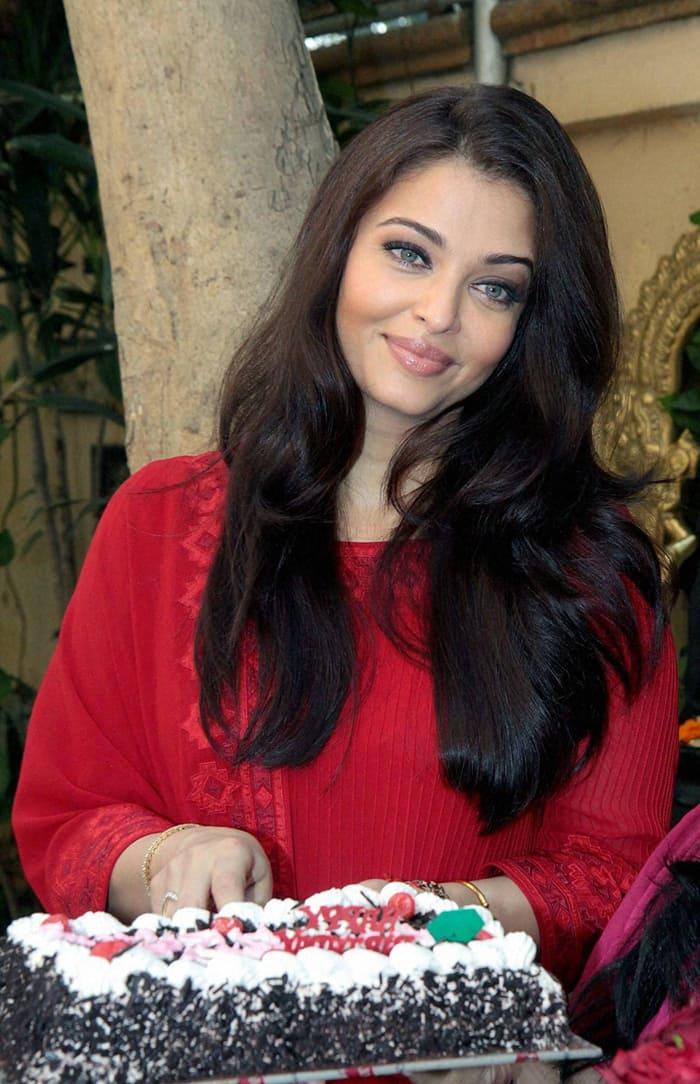 PHOTOS: Aishwarya Rai Bachchan cuts birthday cake with ...