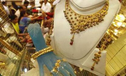 Gold futures prices down on weak global cues