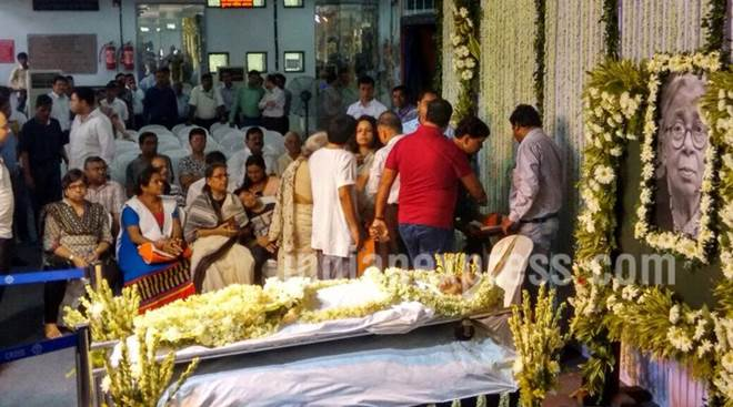 Hundreds pour in to get last glimpse of writer Mahasweta Devi