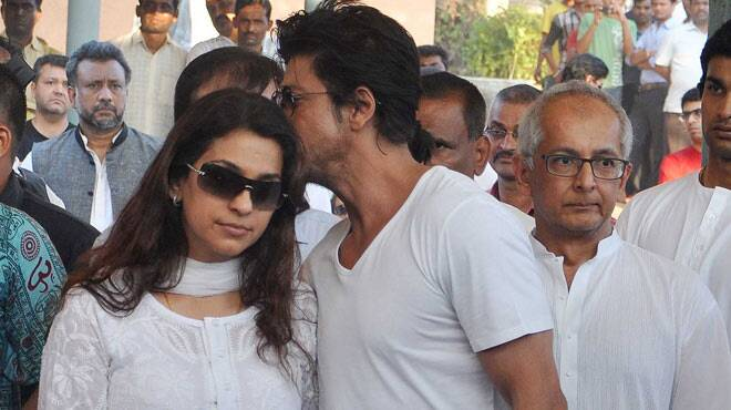 Shah Rukh Khan at the funeral of Juhi Chawla's brother