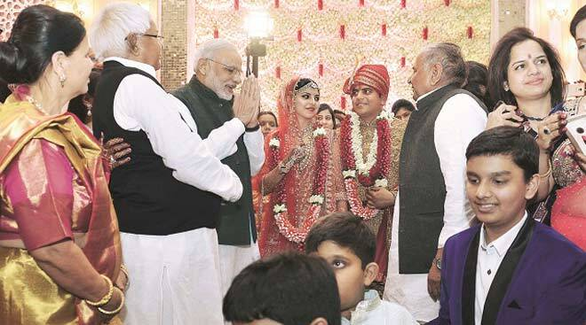 Political rivals Modi, Mulayam share stage at wedding of Lalu's daughter
