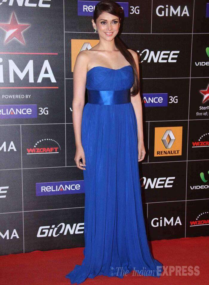 'Murder 3' actress Aditi Rao Hydari was elegant in a strapless blue gown sweeping the red carpet. (Photo: Varinder Chawla)