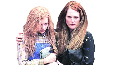Chloë Grace Moretz   and Juliane Moore  in  Carrie