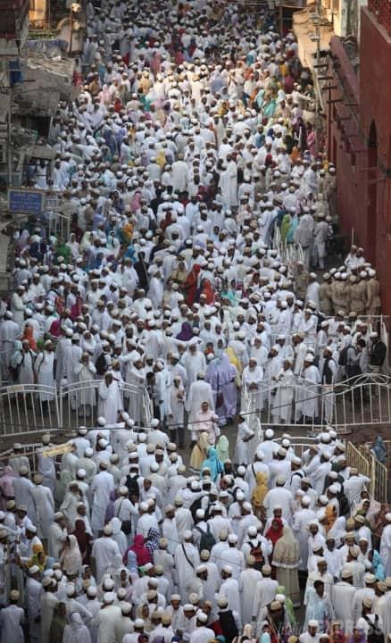 Stampede ahead of funeral of a spiritual leader in Mumbai