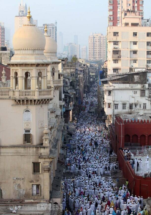 Stampede ahead of funeral of a spiritual leader in Mumbai