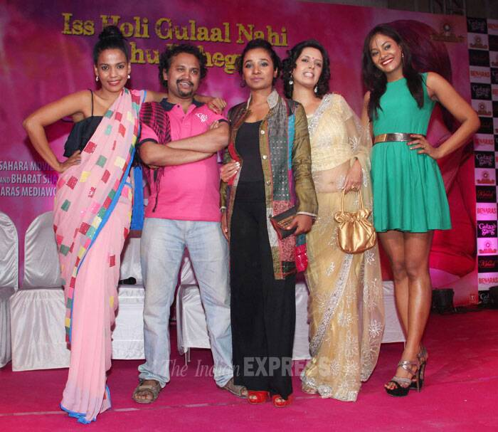 Director Soumik Sen poses for a group picture with some of the Gulaab Gang including Priyanka Bose and Divya Jagdale. (Photo: Varinder Chawla)
