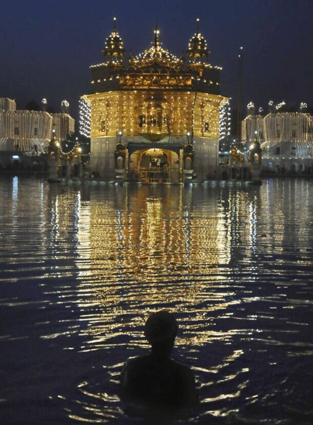 Devotees celebrate birth anniversary of Guru Gobind Singh