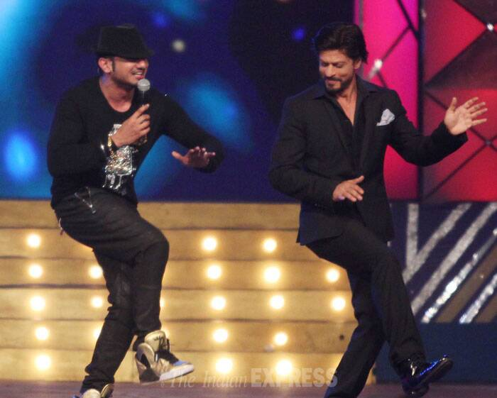 Shah Rukh Khan and Yo Yo Honey Singh perform together on stage. (Photo: Varinder Chawla)