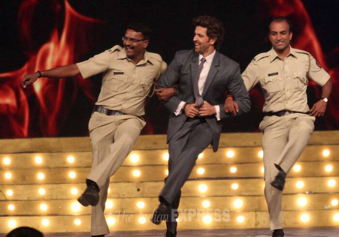 'Krrish 3' star Hrithik Roshan dances with policemen. (Photo: Varinder Chawla)