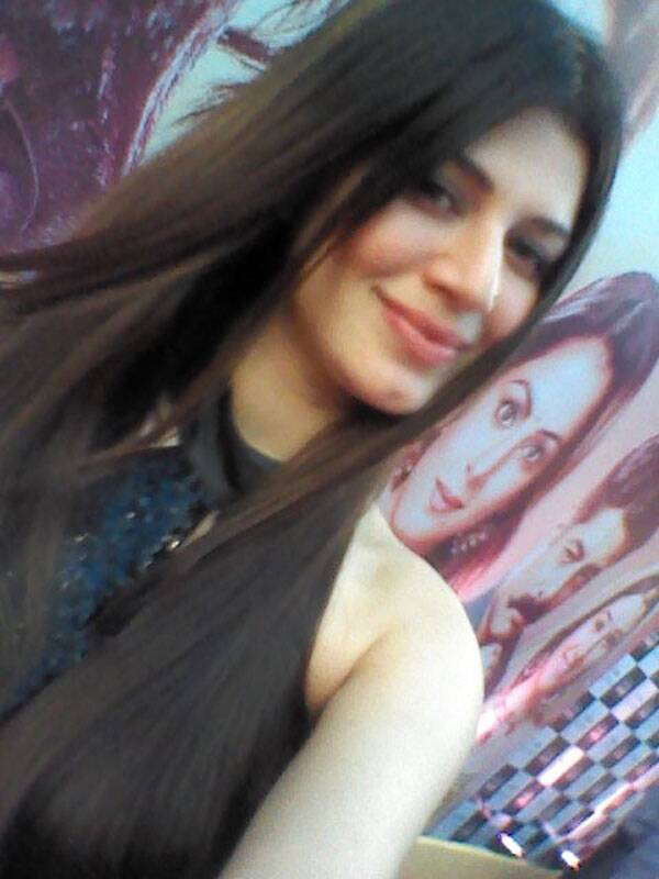 The Grand Masti girl Kainaat Arora is looking pretty in a black dress at the Life Ok Screen Awards red carpet.