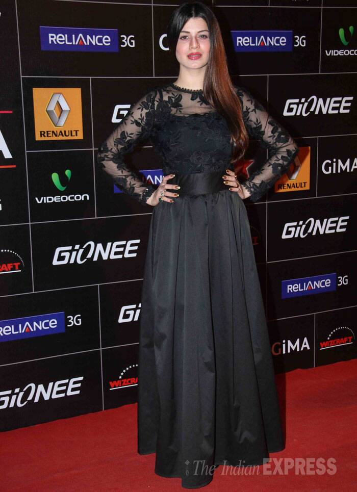 'Grand Masti' actress Kainaat Arora picked a classy black lace evening gown for the award function. (Photo: Varinder Chawla)