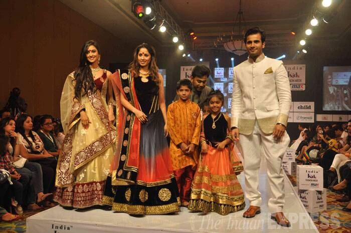 'Ekk Nayi Pehchaan' actress Krystle D'Souza looks beautiful in Indian wear as she walks along with Sangeeta Ghosh, fellow actor Karan Tacker and kids. (Photo: Varinder Chawla)