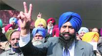 Harbans Singh Mundi celebrates his victory. (IE Photo: Gurmeet Singh)