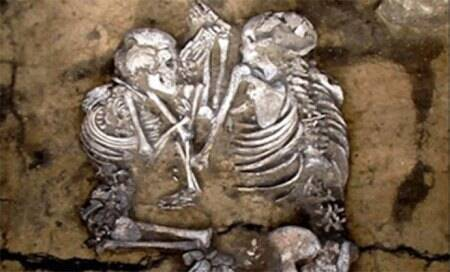 In Siberia,hand-holding couples' skeletons found in Bronze Age tombs