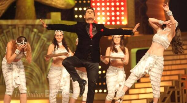 Host of the show Shah Rukh Khan flashes his dimples