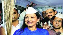 Mallika Sarabhai with supporters