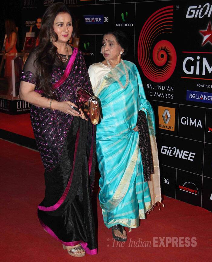 Actress Poonam Dhillon made an entrance along with veteran singer Asha Bhosle. Asha Bhosle was awarded with the Music Living Legend Award at the ceremony. (Photo: Varinder Chawla)