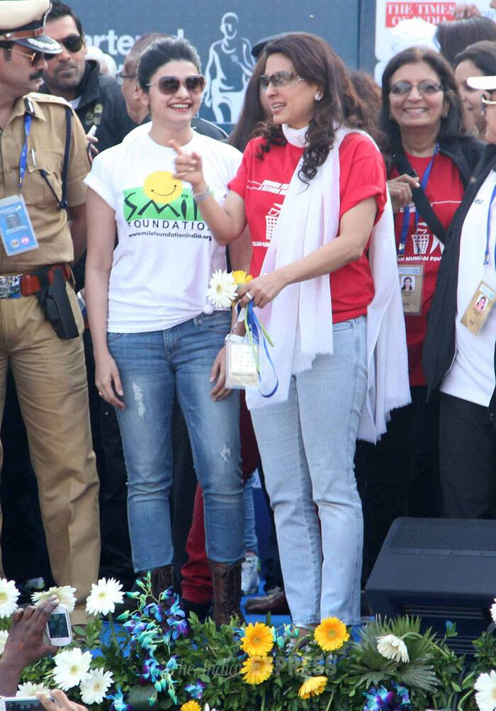 Juhi and Prachi cheer up the participants. (Photo: Varinder Chawla)