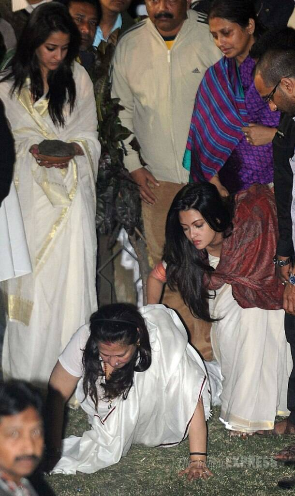 Moon Moon Sen immerses ashes of late mother Suchitra Sen in Ganges