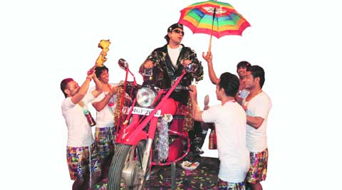 Ranveer Singh makes a grand entry, Raja Babu style
