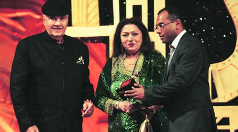 Vivek Rangachari of DAR Motion Pictures picks up the award on behalf of  Rishi Kapoor from Prem Chopra and Bindu