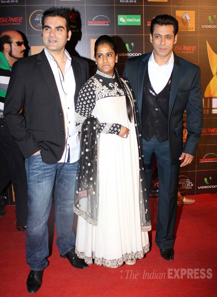 Host Salman Khan was suited up perfectly for the award show. Seen here with sister Arpita and brother Arbaaz Khan.  (Photo: Varinder Chawla)