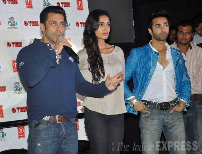 Salman Khan dressed in a tee and jeans speaks to the audience as he took the stage along with the film's cast – Sarah-Jane Dias and Pulkit Samrat. (Photo: Varinder Chawla)