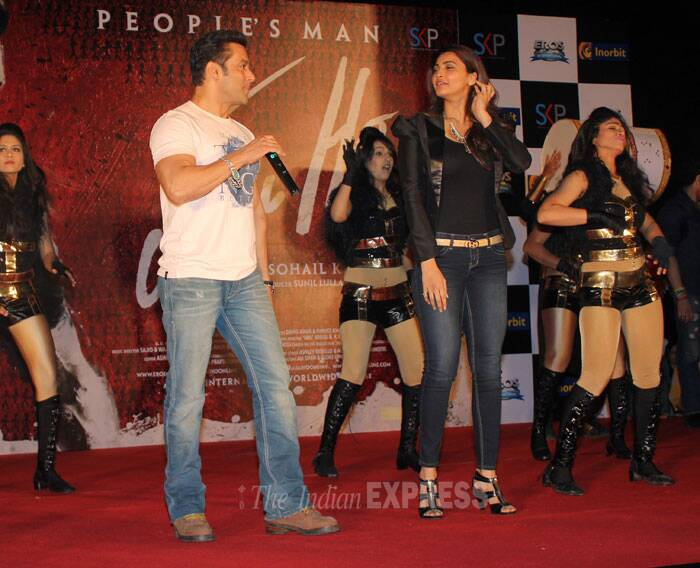 Salman Khan along with his 'Jai Ho' co-star Daisy Shah was spotted promoting his upcoming film at a suburban mall in Mumbai on Friday (January 17) evening.   (Photo: Varinder Chawla)
