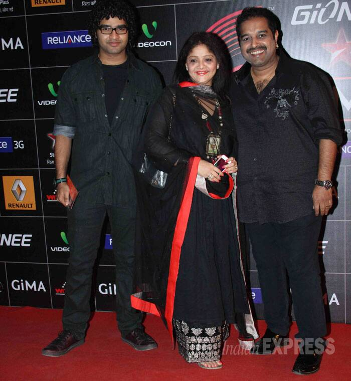 Meanwhile Shankar Mahadevan smiles for pictures along with wife Sangeeta and son Siddharth who is also a playback singer and composer like his father. (Photo: Varinder Chawla)