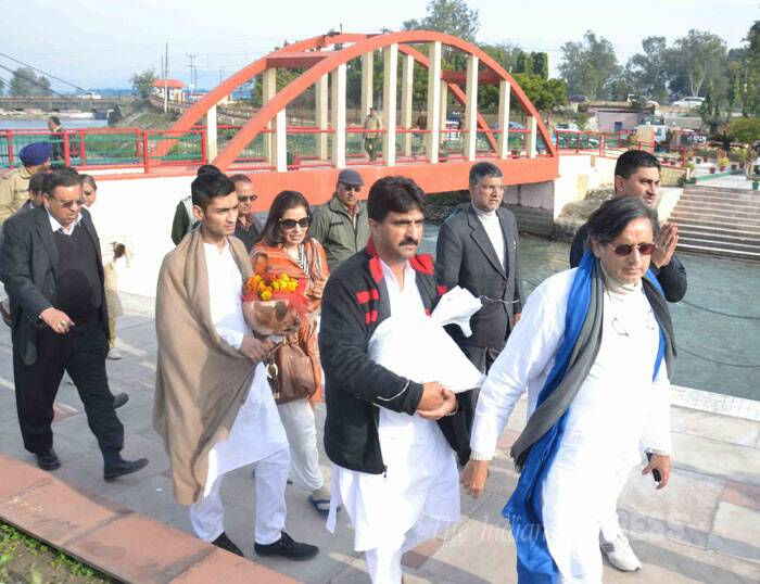 Shashi Tharoor immerses Sunanda Pushkar's ashes in Ganga in Haridwar