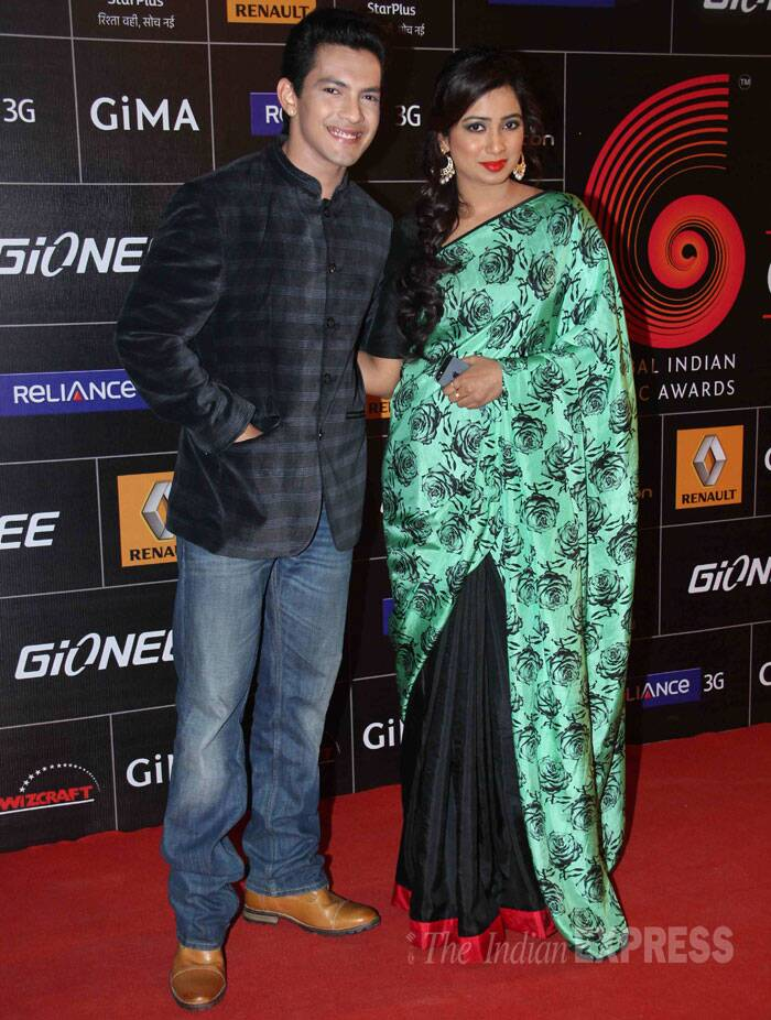 Shreya Ghoshal was pretty in a Masaba printed sari as she posed for a picture along with singer and actor Aditya Narayan.<br /><br /> Aditya, whose song 'tattad Tatad' from 'Ram-Leela' was a massive hit, also performed at the event. (Photo: Varinder Chawla)
